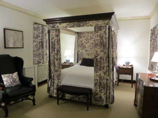 How To Use A Four Poster Bed Canopy To Good Effect: Considering The Size Of Your Murphy Bed